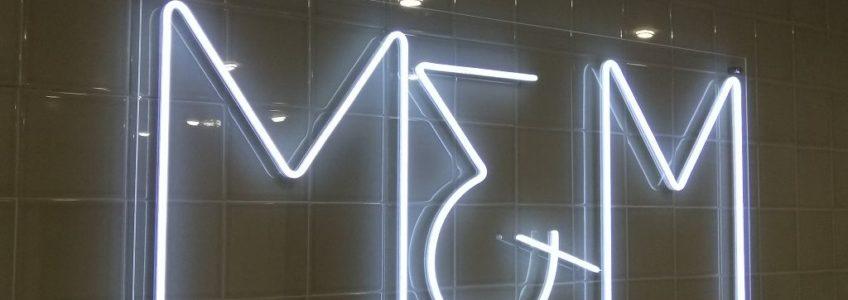 Неоновая надпись на прозрачном акриловом стекле