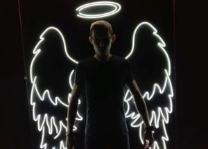 «Крылья» — фигура из неона для бара в Казани